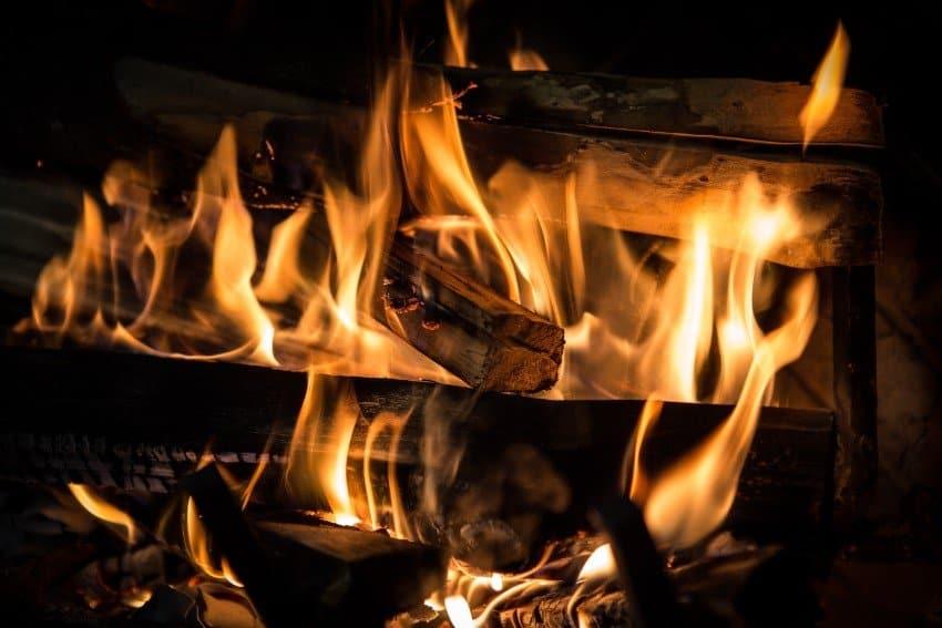 allumer un feu avec du bois humide