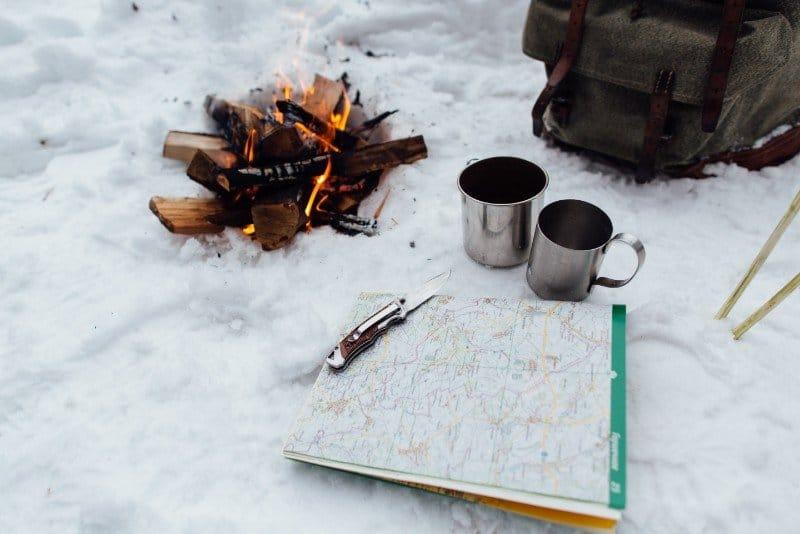 Faire du feu sur la neige, c'est possible et facile !