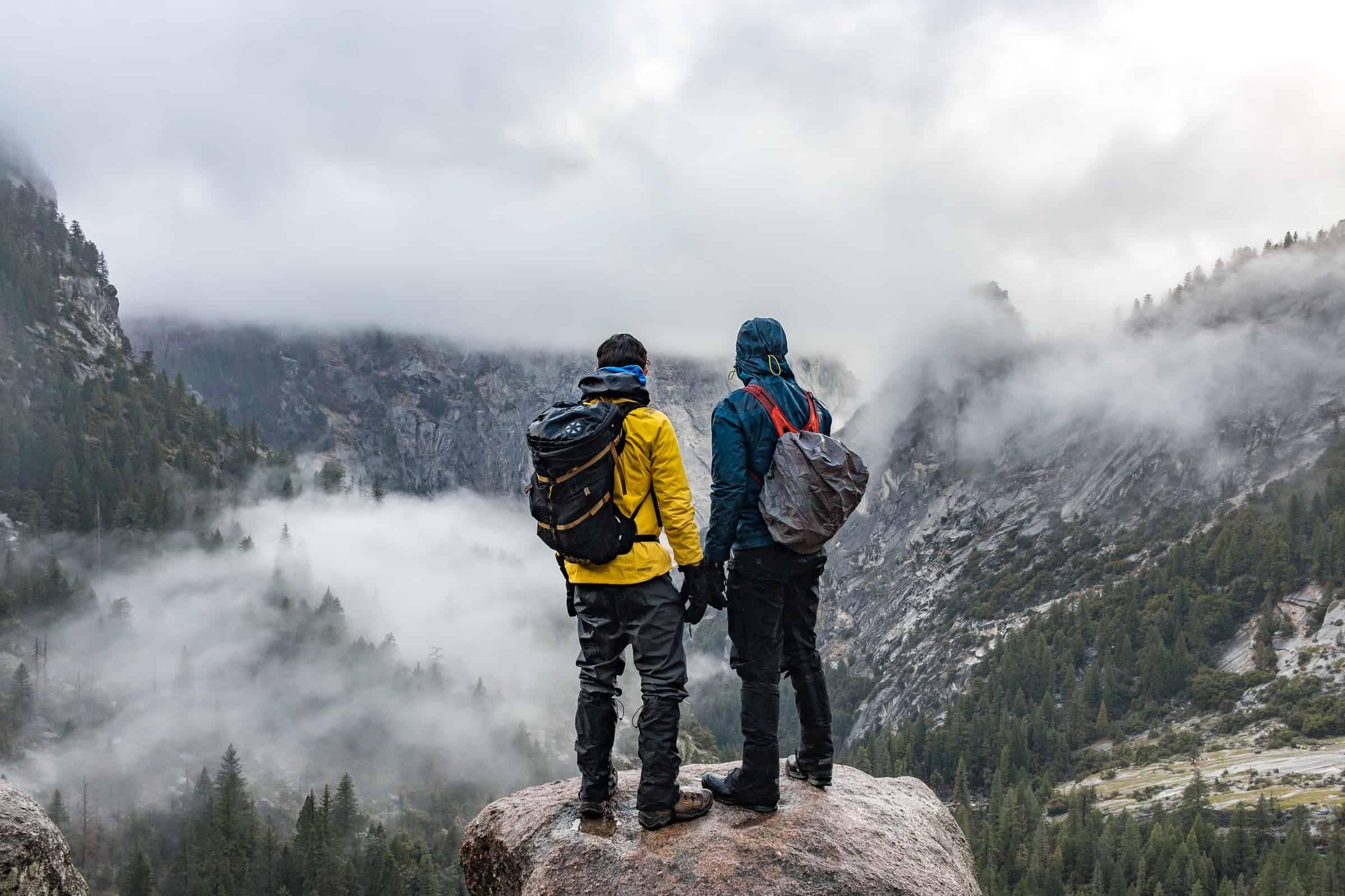 randonneurs-au-sommet-d-une-montagne